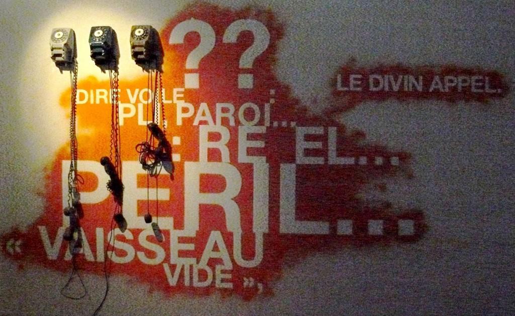 """Installation pour la revue franco-américaine """"Carnet de route"""" - Galerie EOF - Editeur: Molly Lou Freeman - Graphiste: Jean-Hugues Bancaud"""
